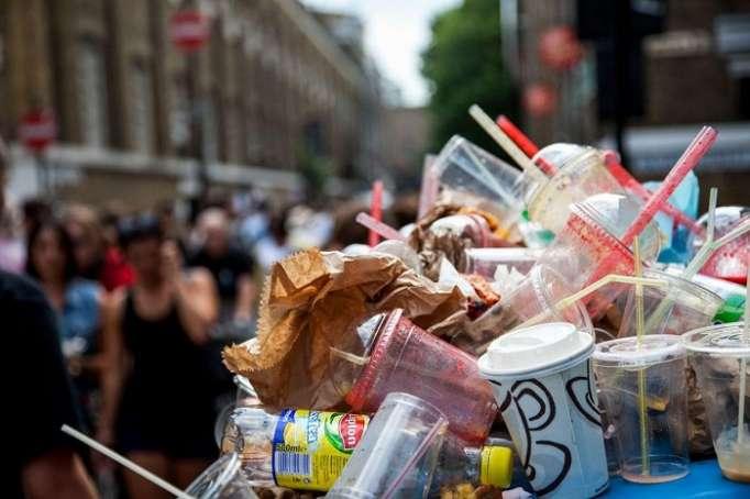 Environnement: Londres va interdire les pailles en plastique