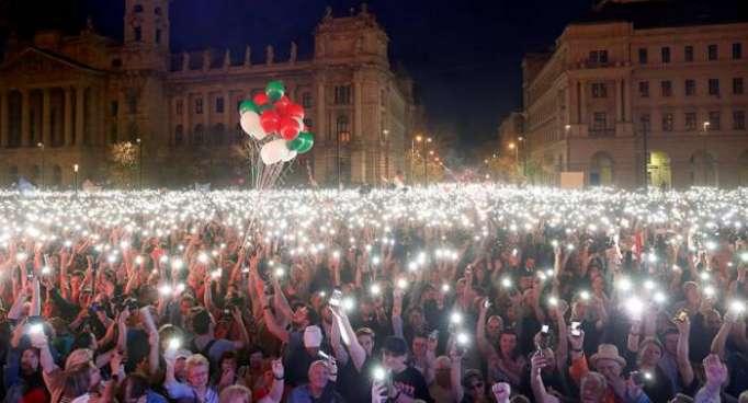 Decenas de miles se reúnen en calles de Budapest para pedir nuevas elecciones
