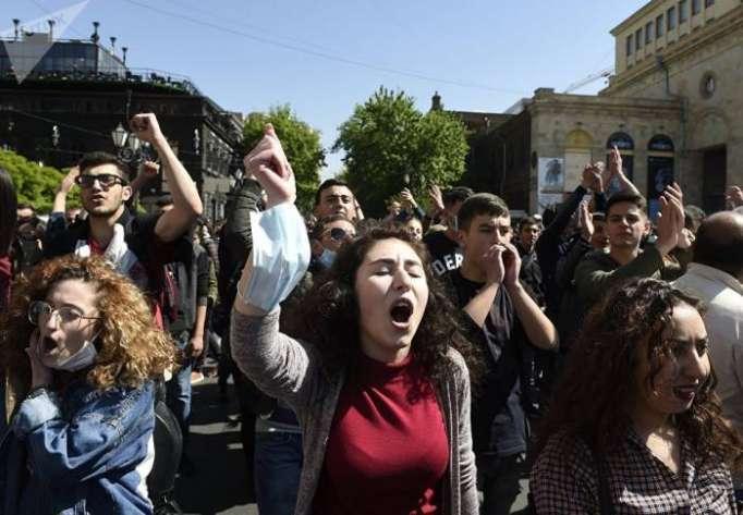 In Jerewan schlossen sich auch die Studenten den Massenprotesten an - LIVE