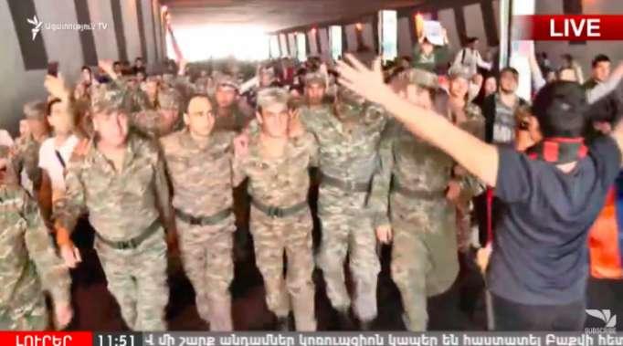 Soldaten schlossen sich den Protesten in Eriwan an - LIVE