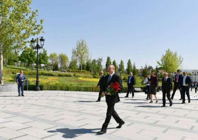 Prezident Ankarada Heydər Əliyevin abidəsini ziyarət edib - FOTOLAR