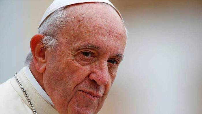 Le pape lave les pieds de douze détenus