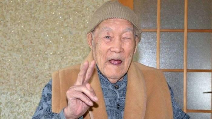 Dünyanın ən yaşlı kişisi: Hər səhər qəzet oxuyur, seriala baxır - (FOTOLAR)