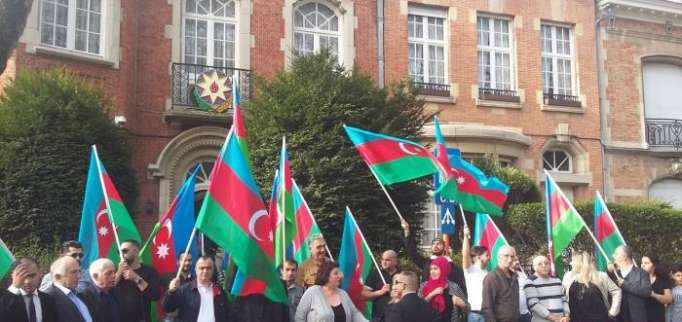 Azerbaijanis hold solidarity rally in Brussels in connection with presidential election