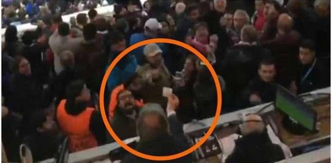 Un journaliste évacué du stade pour sa plaisanterie - VIDEO