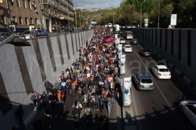 Opposition protesters block Baghramyan Avenue in Yerevan - VIDEO