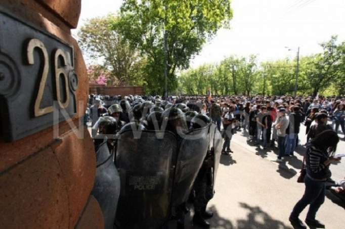 Etirazçılar Sarksiyanın iqamətgahını mühasirəyə aldı -