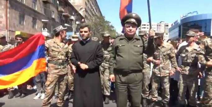 Ermənistanda hərbçilər Sarkisyana qarşı üsyana qalxdı - (VİDEO)