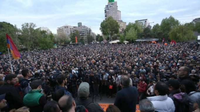 Armenian opposition leader urges to block parliament building on Tuesday
