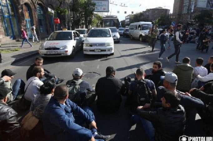 العشرات من المتظاهرين يحاصرون الكلية في يريفان-فيديو