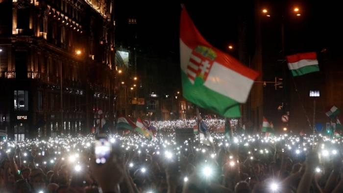 Zehntausende demonstrieren gegen Orbán