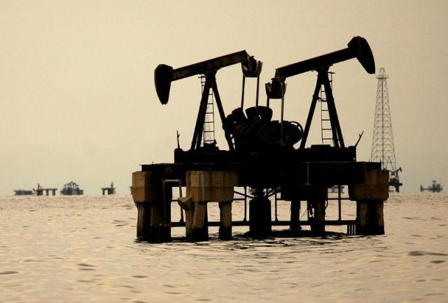 Oil prices rise on Iran sanctions worries, falling Venezuelan output