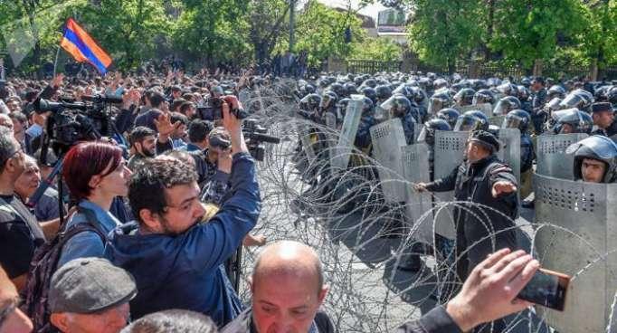 Policía protege edificios gubernamentales en la Plaza de la República en Ereván