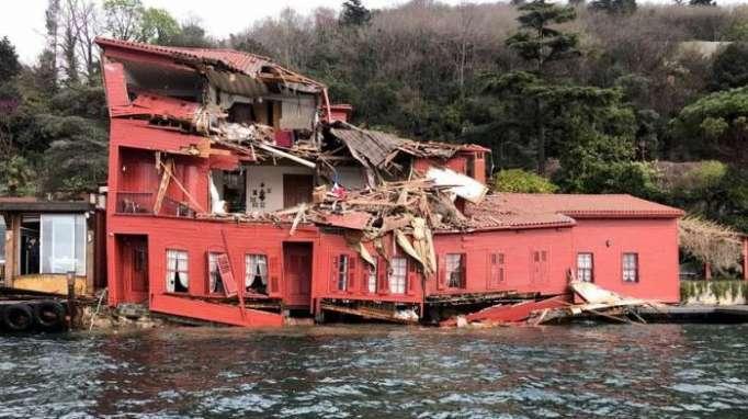 Turquie: Un cargo éventre une villa historique à Istanbul - VIDEO
