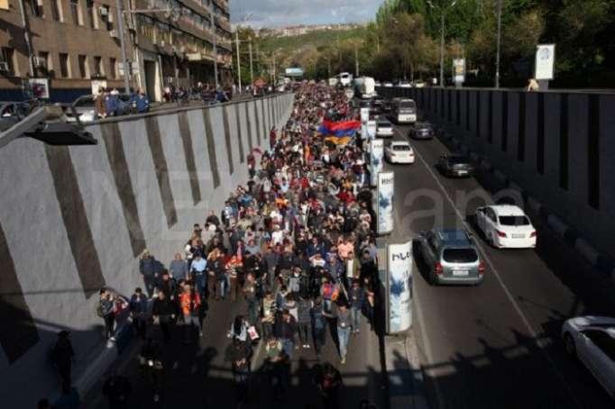 سكان يريفان ضد سركسيان- المتظاهرون يغلقون الطريق (فيديو)