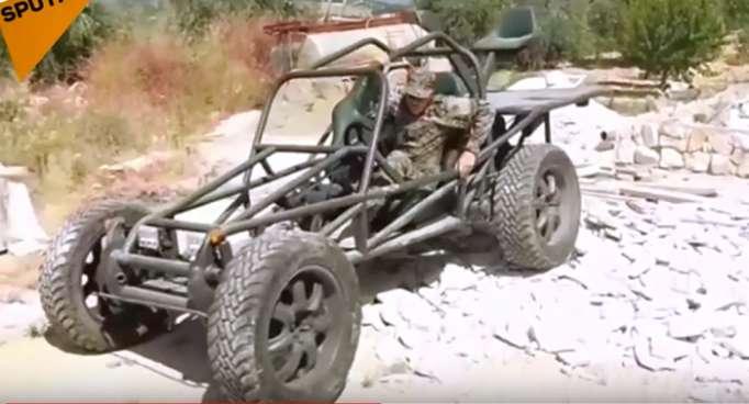 بالفيديو...سيارة سورية تبدع في دعم الجنود على جبهات ريف اللاذقية