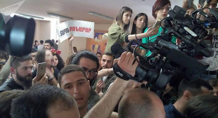 Arménie: des dizaines de manifestants font irruption dans la mairie d'Erevan