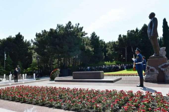 Prezident ailəsi ilə Heydər Əliyevin məzarını ziyarət edib