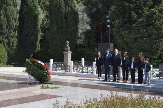 Prezident ailəsi ilə Heydər Əliyevin məzarını ziyarət edib - FOTOLAR