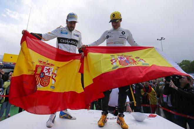 Fernando Alonso y Carlos Sainz presumen de la bandera de España en Montmeló