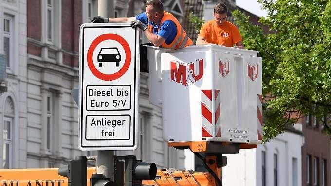 Hamburg baut Diesel-Verbotsschilder auf