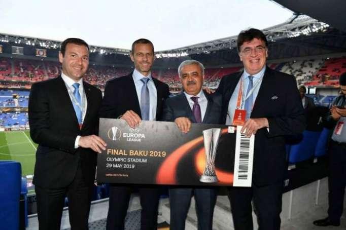 UEFA ilk bileti Rövnəq Abdullayevə təqdim edib - FOTO