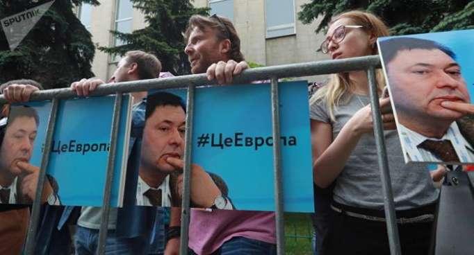 Stille Demo für Pressefreiheit vor der Ukrainischen Botschaft in Moskau