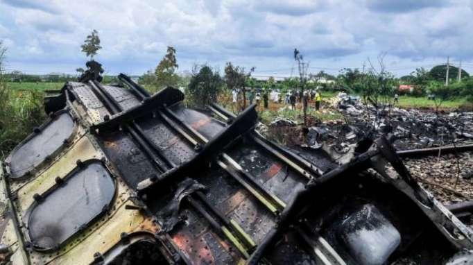 Flugzeug mit mehr als 100 Passagieren abgestürzt - offenbar nurdrei Überlebende