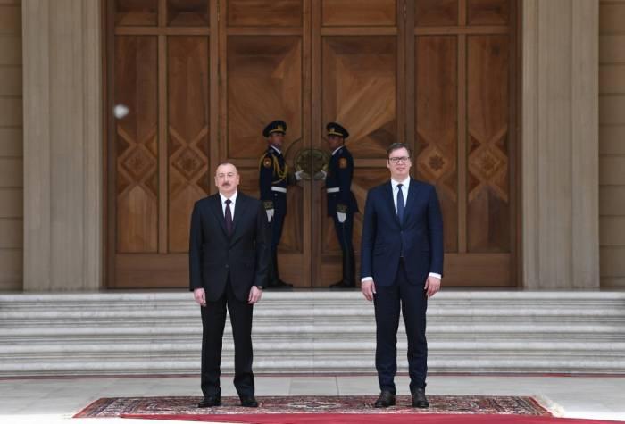 Presidentes de Azerbaiyán y Serbia celebran reunión ampliada