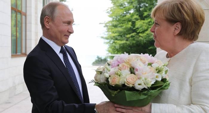 """""""Gehört zum guten Ton"""": Peskow über Putins Blumenstrauß für Merkel"""