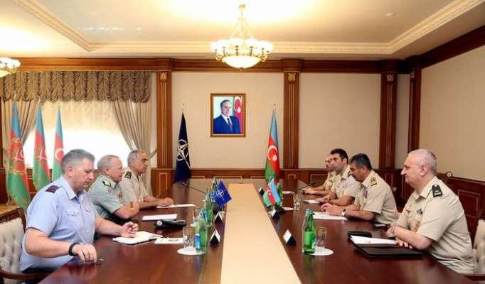 Ministro de Defensa de Azerbaiyán se reúne con los generales de la OTAN