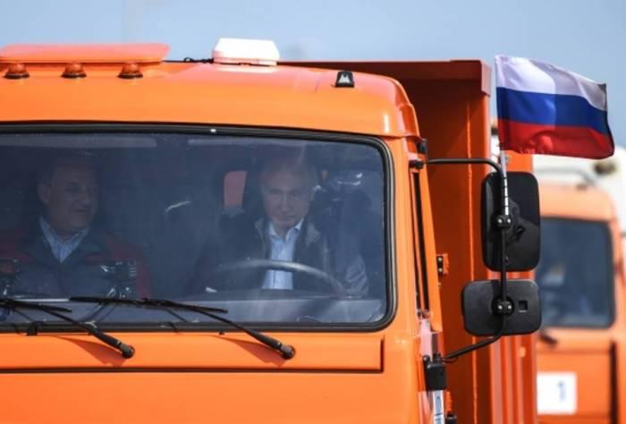 """Putinin """"KamAZ"""" sürdüyü körpü qalmaqala səbəb oldu"""