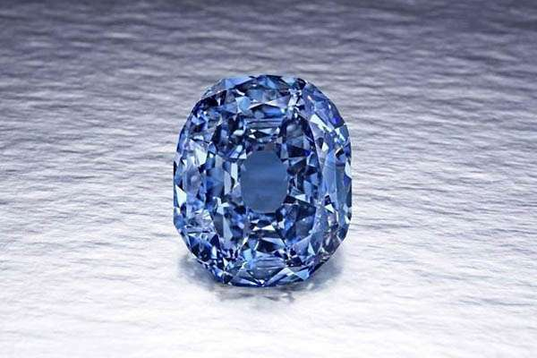 بيع ماسة زرقاء تناقلتها عائلات مالكة بـ6 ملايين دولار