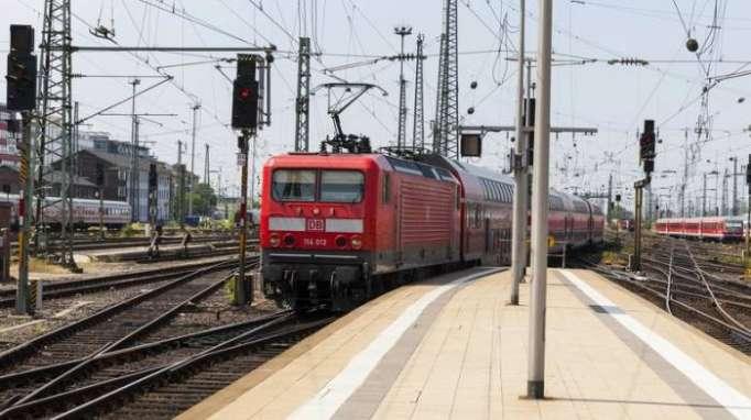 Zug stößt mit Lastwagen in Hessen zusammen: Mehrere Verletzte