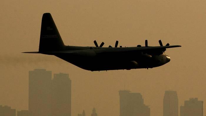 VIDEO: Un gigantesco avión de transporte militar sobrevuela cabezas a pocos metros