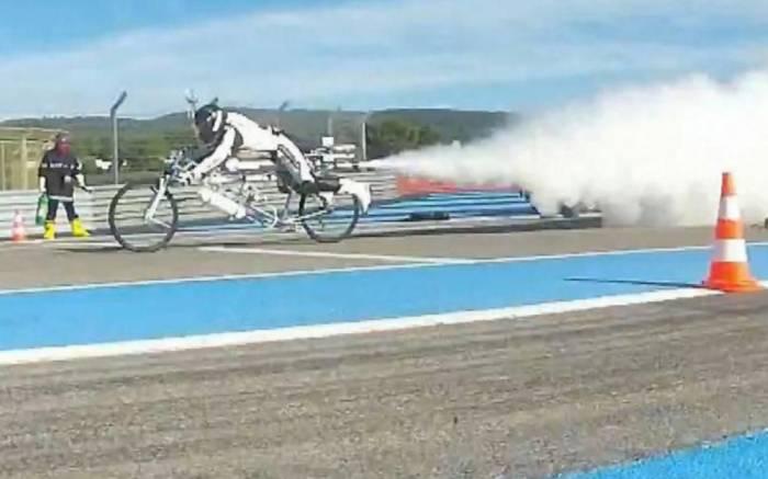 Le recordman de vitesse sur vélo-fusée se tue lors d