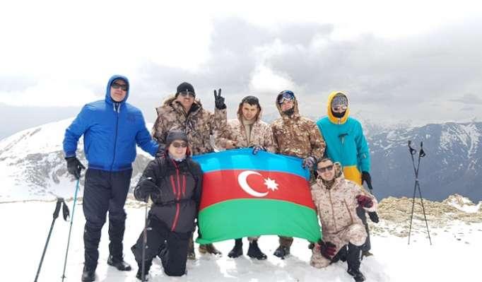 Prezident Administrasiyasının əməkdaşları Heydər Əliyev zirvəsində - FOTOLAR