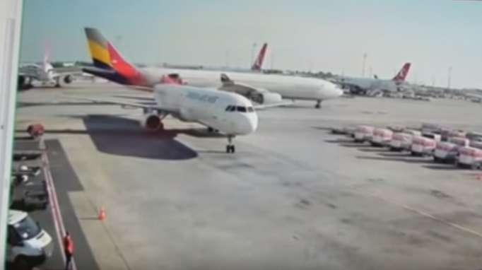 """تصادم طائرتين في مطار """"أتاتورك""""-فيديو"""
