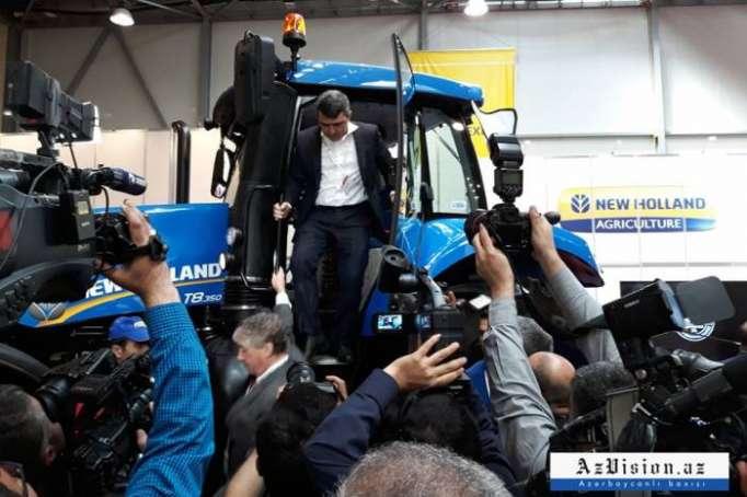 Nazir traktora mindi - FOTOLAR