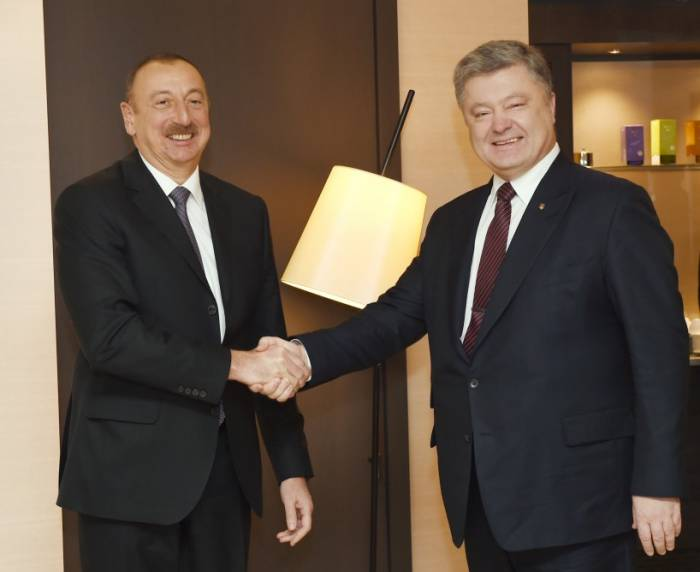 """""""Azerbaiyán aplica una política principal extranjera""""-Petró Poroshenko"""