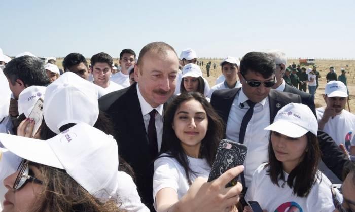 Prezident və birinci xanım selfi çəkdirdi - FOTOLAR
