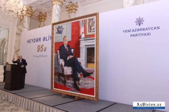 Heydər Əliyevin portreti nümayiş etdirildi - FOTOLAR