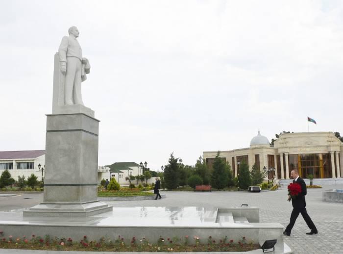 Prezident Goranboyda Heydər Əliyevin abidəsini ziyarət edib
