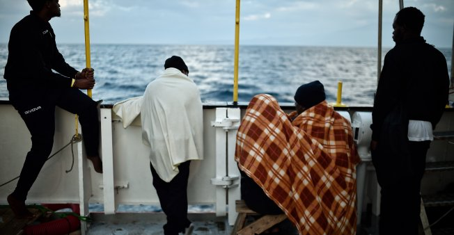 Stranded migrants: Italian ships join Aquarius in voyage to Spain