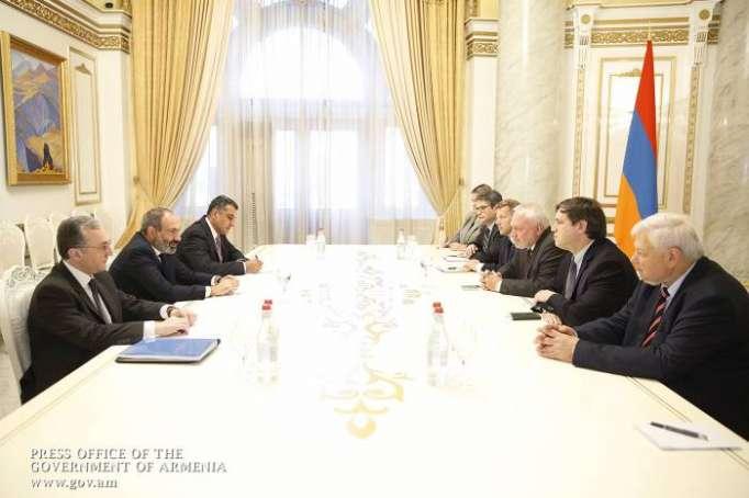 Pashinyán discutió Karabaj con los copresidentes