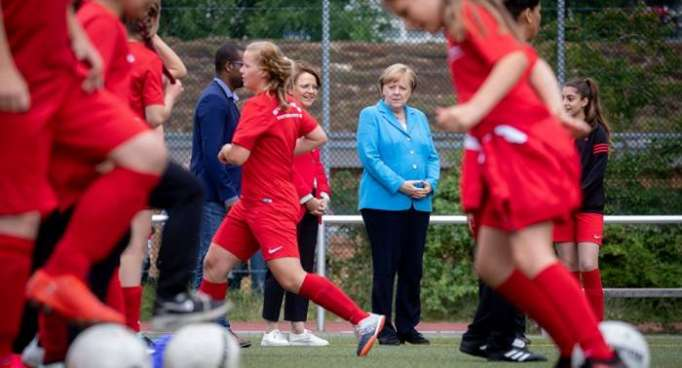 """Rote Karte: Kanzlerin Merkel gehört """"vom Platz gestellt"""""""