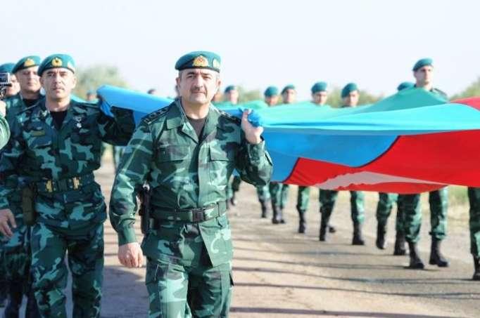 Elçin Quliyev 2000 hərbçi ilə 2 km uzunluqda olan bayrağı daşıdı - FOTOLAR