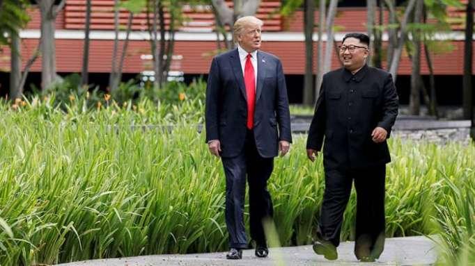 Medios: Kim Jong-un usó zapatos con plataformas para aparecer más alto en la reunión con Trump