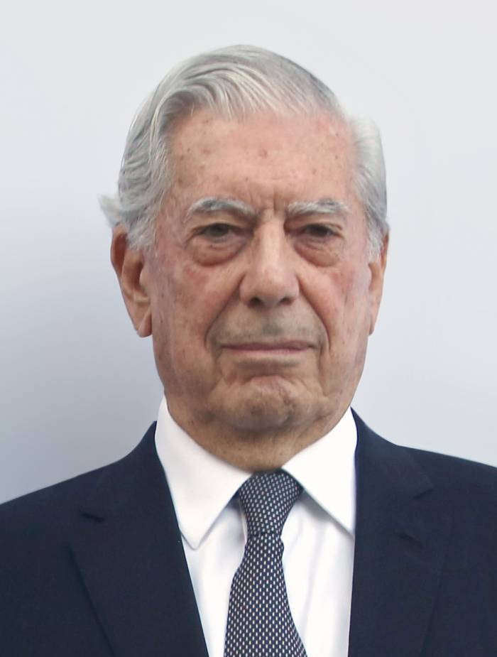 Hospitalizan en Madrid a Mario Vargas Llosa
