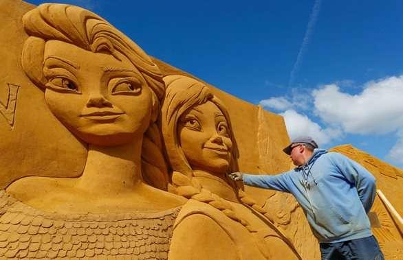 أشكال رملية لشخصيات ديزني على شاطئ بلجيكي